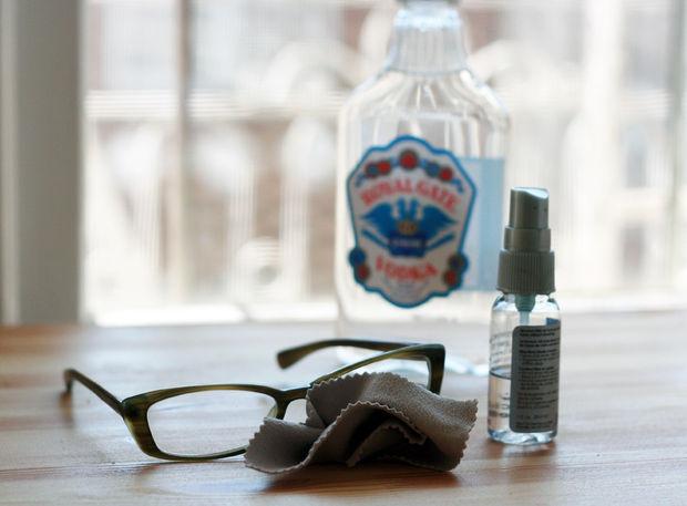 Okuliare si taktiež môžete dokonale vyčistiť zmiešaním vody a vodky.