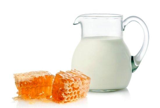 cierne bodky med a mlieko