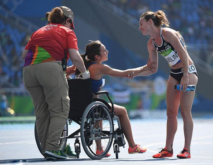 rio-olympics-runners-help-each-other-abbey-dagnostino-nikki-hamblin-15